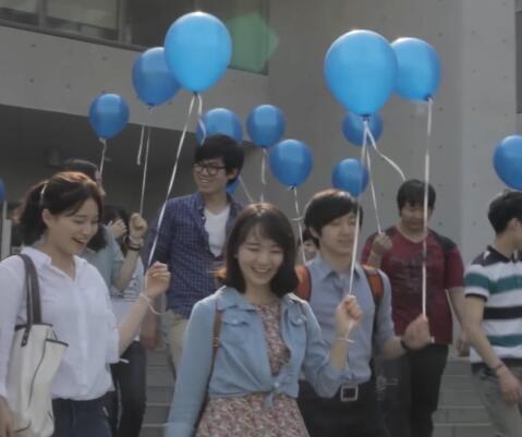拿着气球的人实拍片段