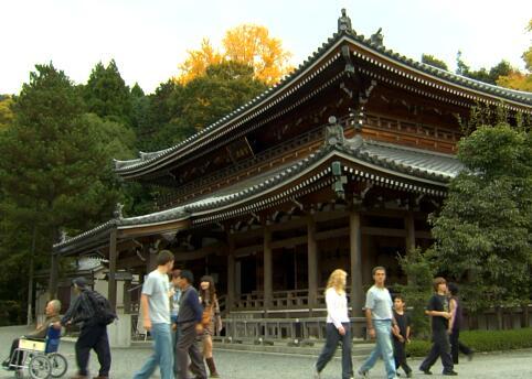 路过庙宇的人实拍片段