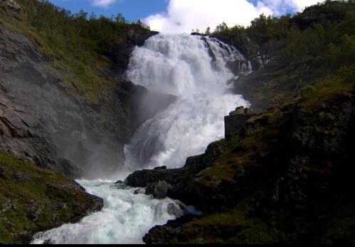 山中的瀑布实拍片段