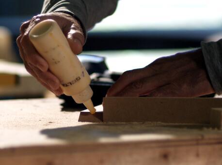 胶水粘木头,气钉钉木头实拍片段