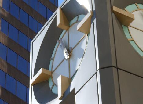 大楼的时钟转动实拍片段