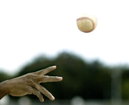 扔垒球实拍片段