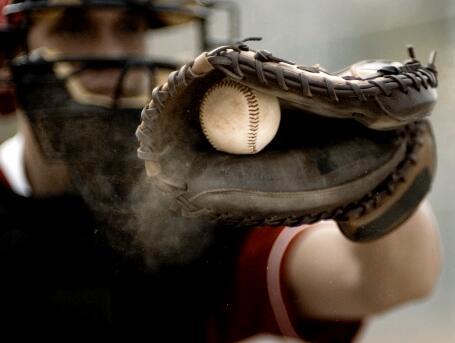接住垒球的人实拍片段
