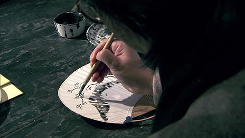 纸扇上画画视频素材